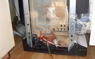 Из посудомоечной машины течет вода — снизу, под дверцей